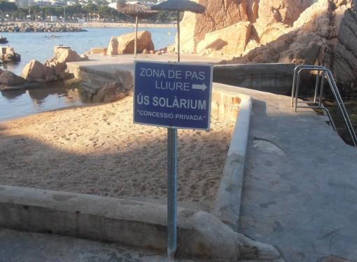 Cal retirar els rètols prohibitius de la platja de Can Rius